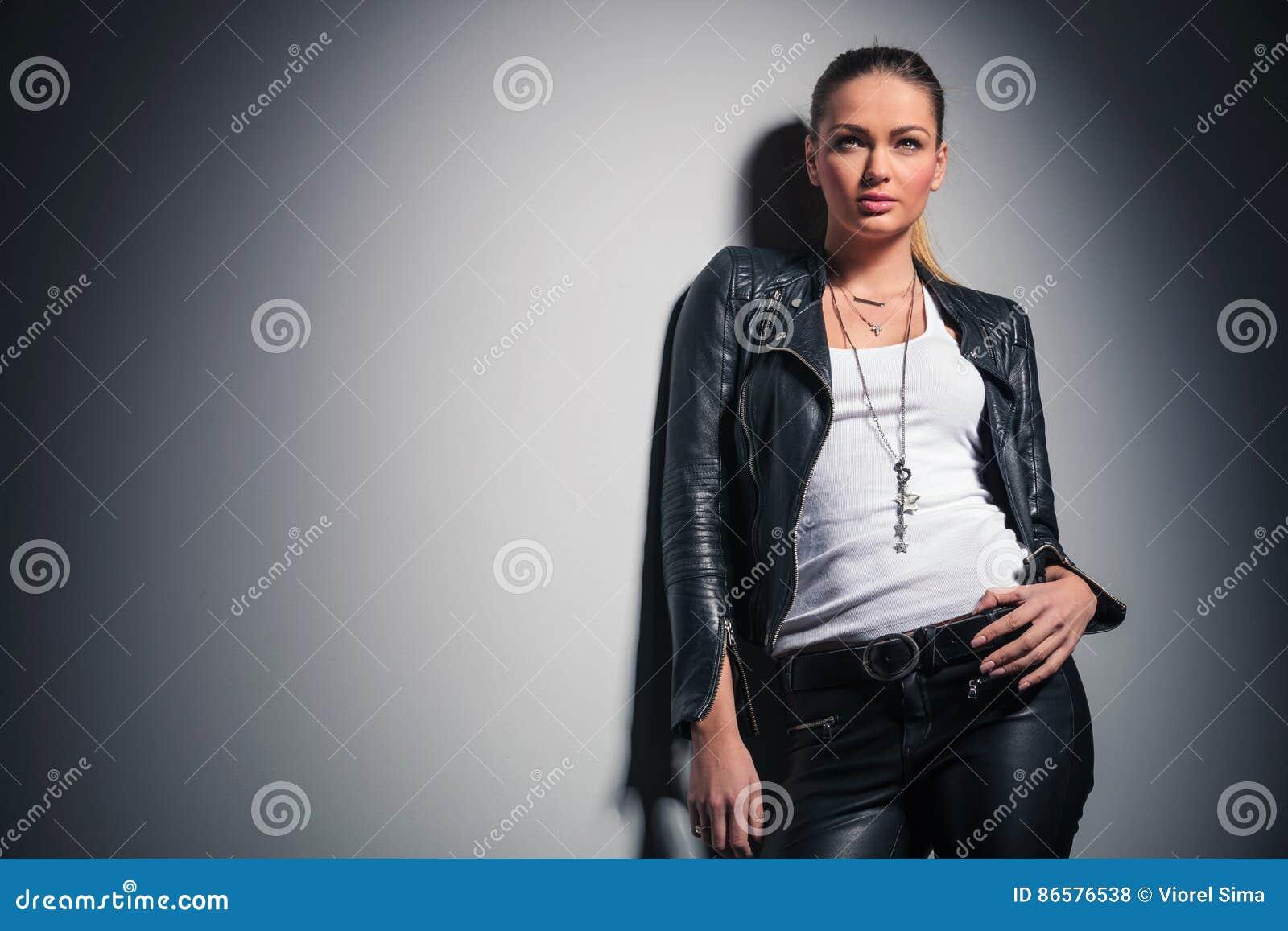 huge discount 28687 82484 La Giovane Donna In Vestiti Di Cuoio Cerca Fotografia Stock ...
