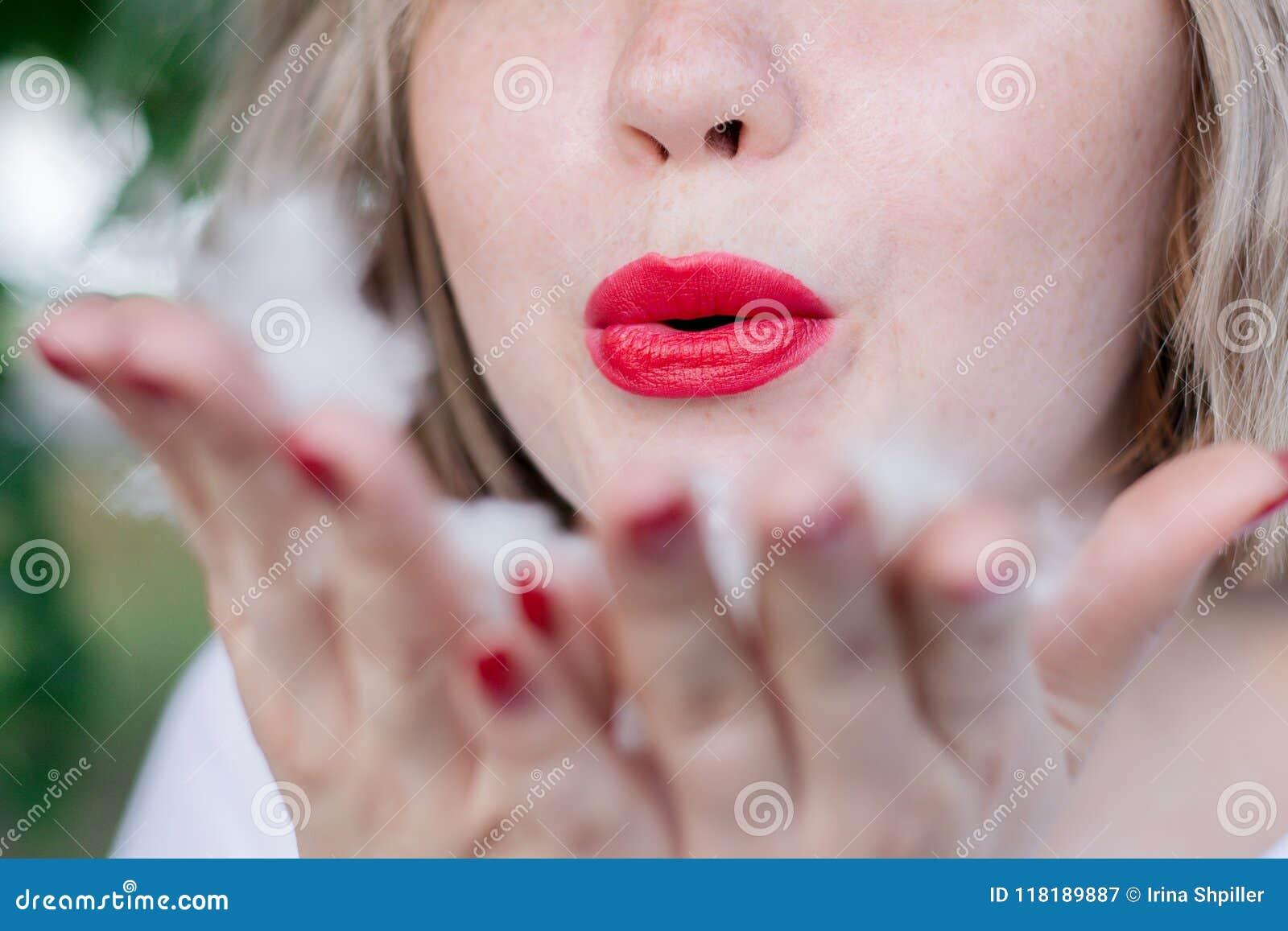 La giovane ragazza freckled attraente invia un bacio dell aria, labbra rosse