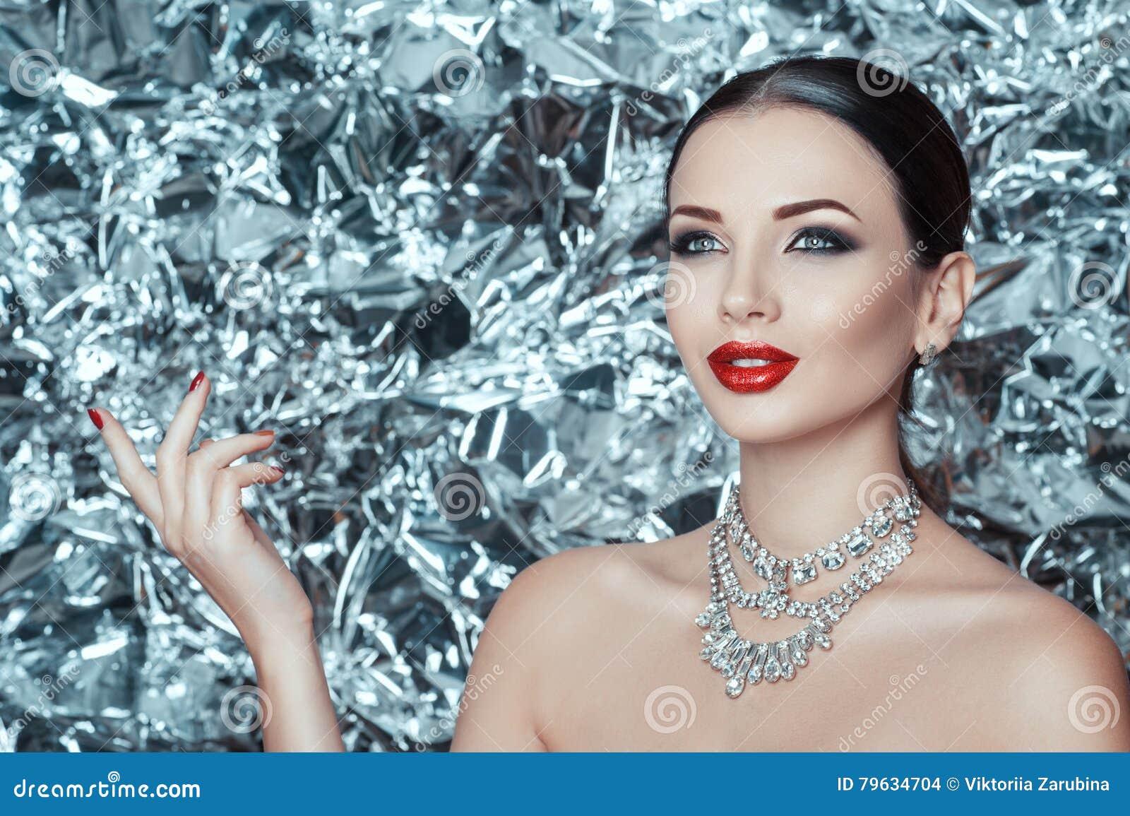 La giovane signora molto bella con trucco di festa e l accessorio del diamante sta aspettando il miracolo sul nuovo anno