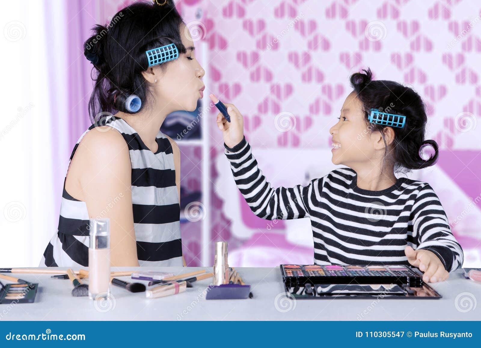 Camere Da Letto Rossetto.La Giovani Madre E Figlia Asiatiche Con I Bigodini Stanno Giocando