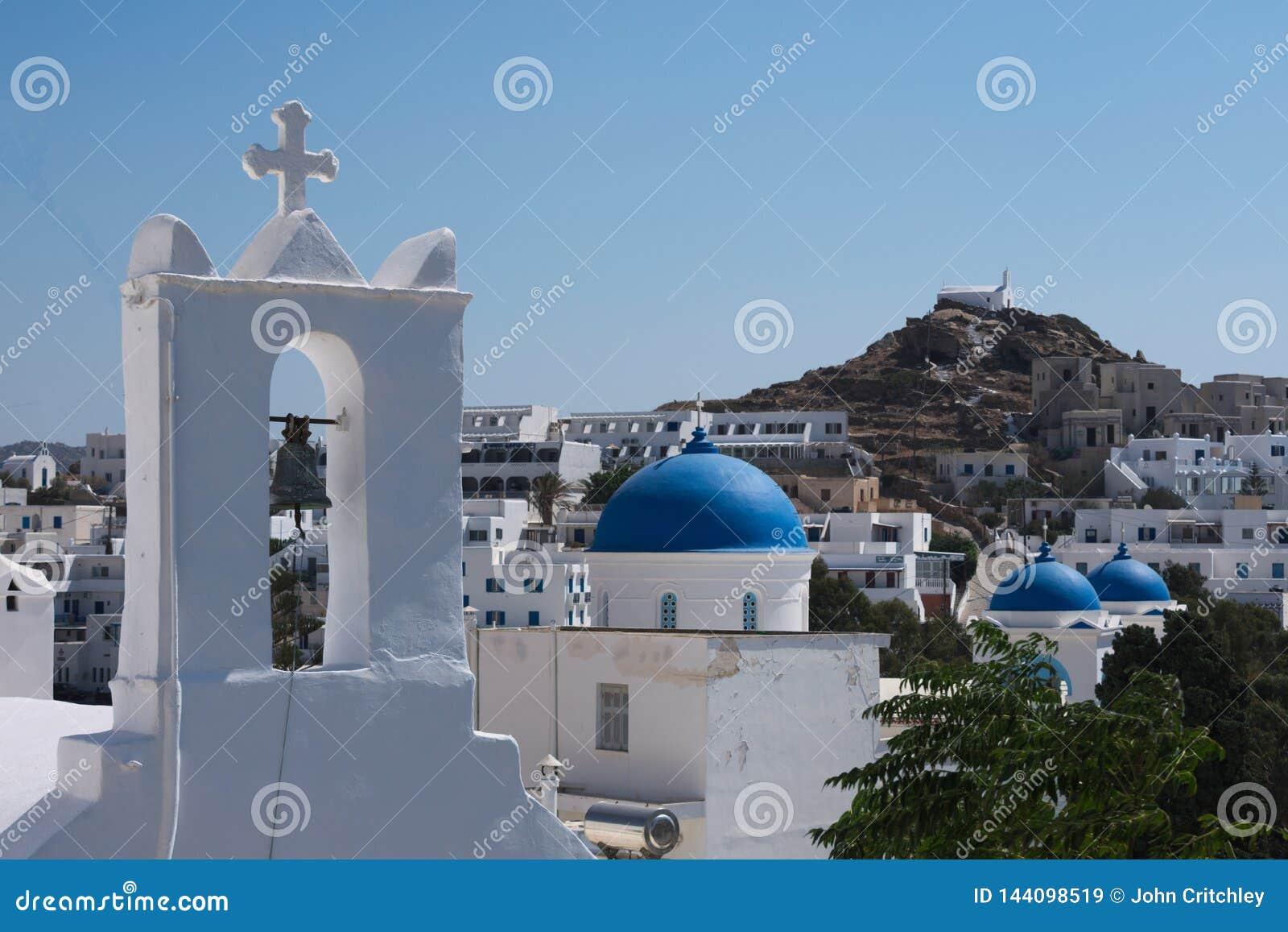 La Grèce l île de l IOS, des églises et des dômes bleus dans le vieux village