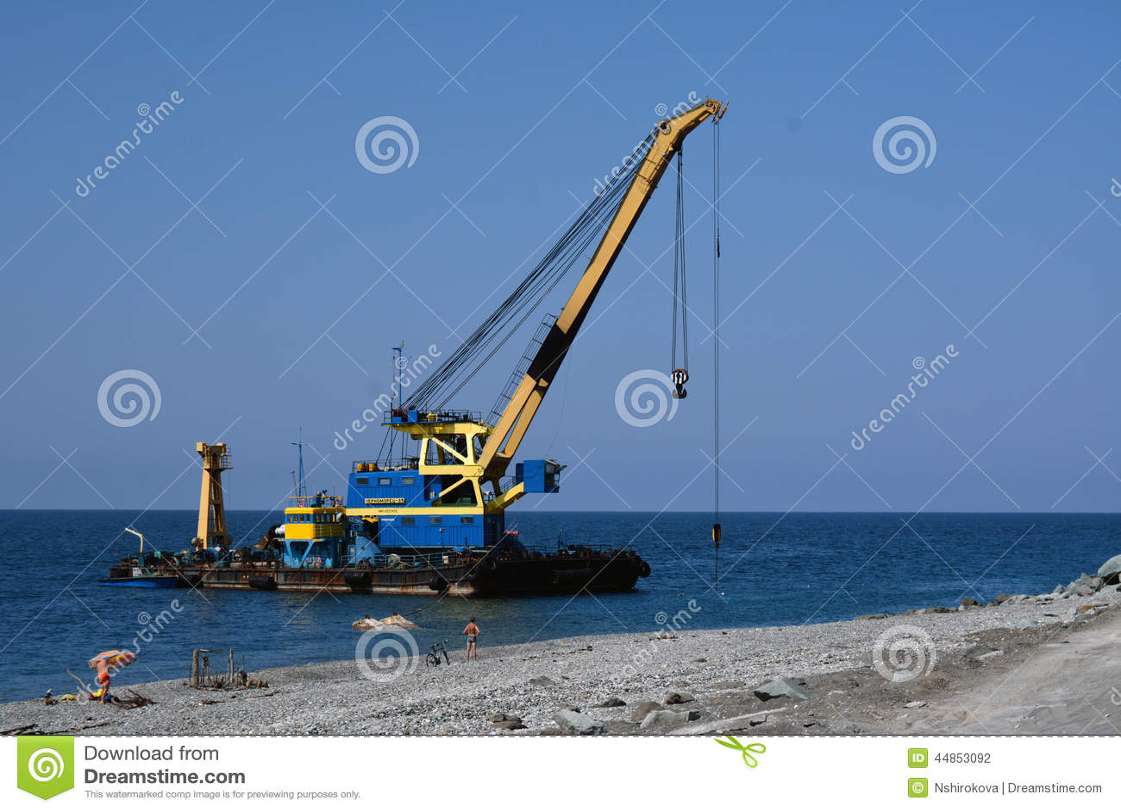 La grúa flotante en la costa