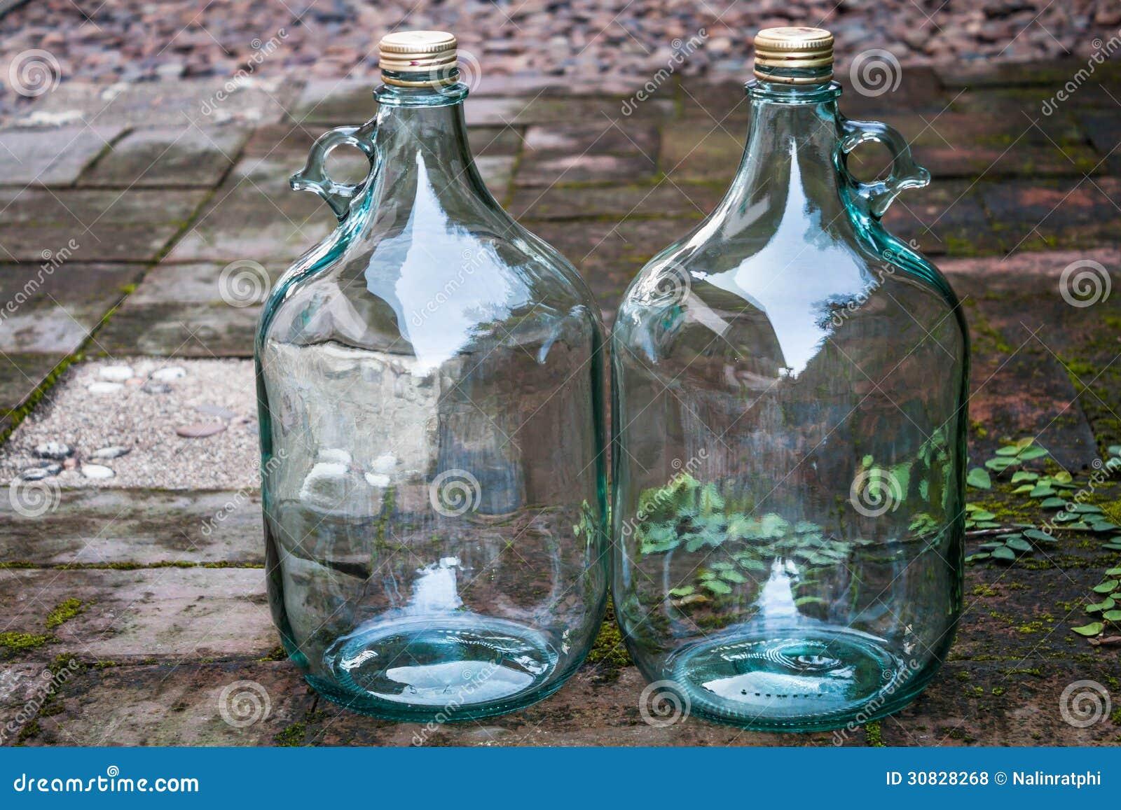 La grande bottiglia di vino di vetro per ricicla lo scopo