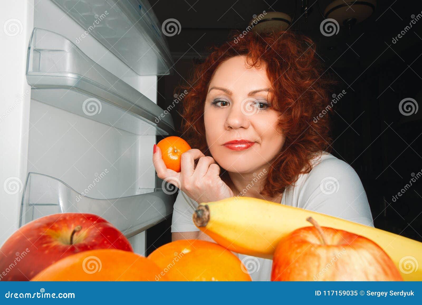 La Grande Donna Mangia La Frutta Ragazza Grassa Dei ...