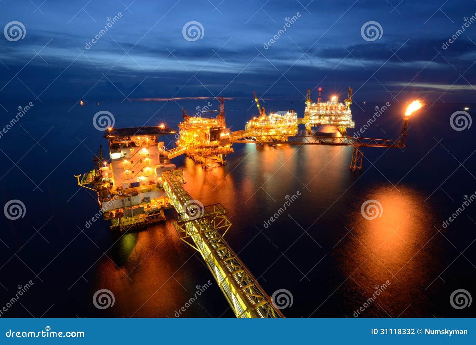 La grande piattaforma di perforazione dell impianto di perforazione del petrolio marino alla notte