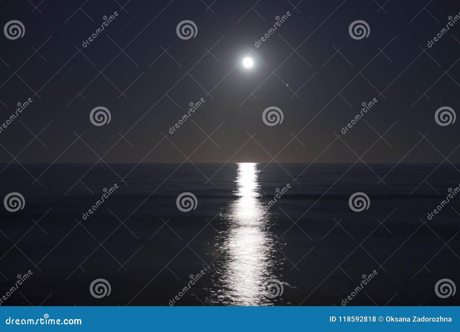 La grande pleine lune se lève au-dessus de la mer la nuit Lumière lunaire réfléchie sur l eau Chemin lunaire Océan