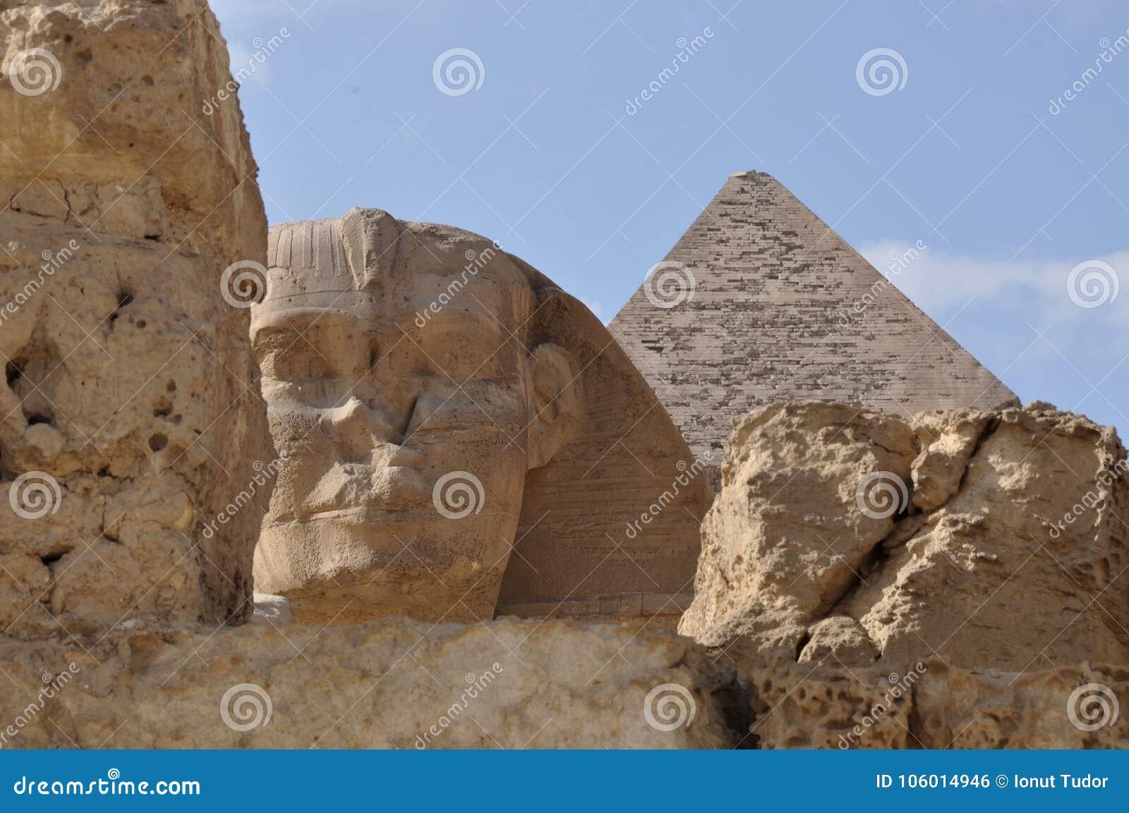 La grande Sfinge dell Egitto e di grande dettaglio della piramide