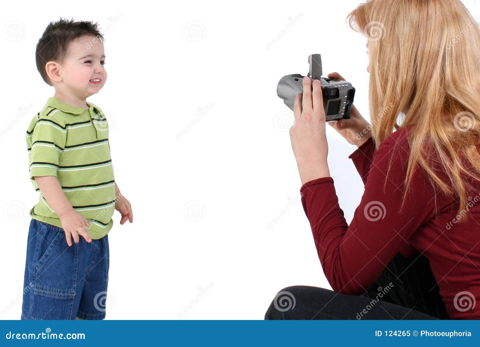 La grande soeur prend une photo de frère