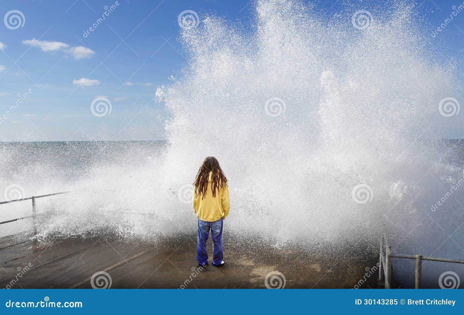 Vague de tsunami au-dessus de personne