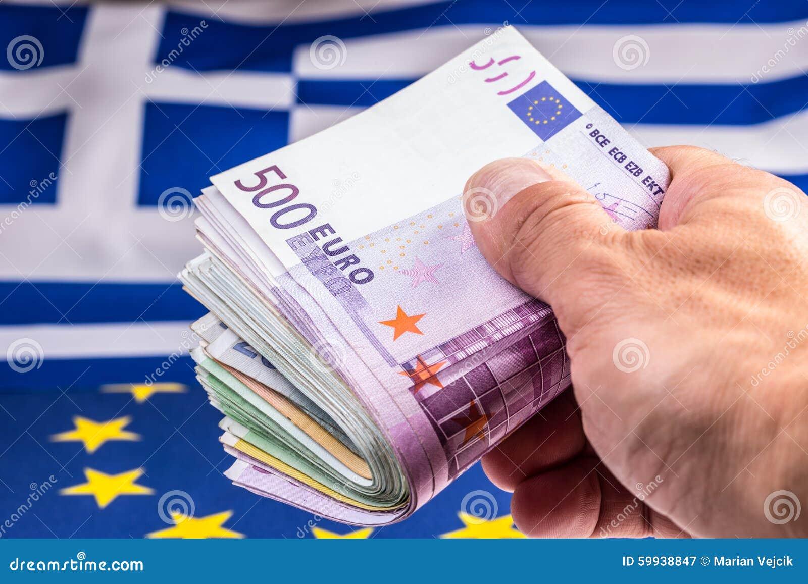 La Grecia e bandiera e soldi europei dell euro Monete e delle banconote di moneta europea lai liberamente