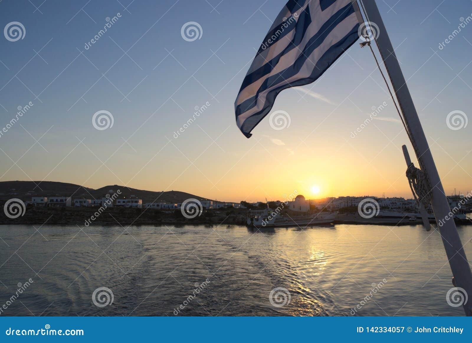 La Grecia, Paros, bandiera greca al tramonto sul traghetto