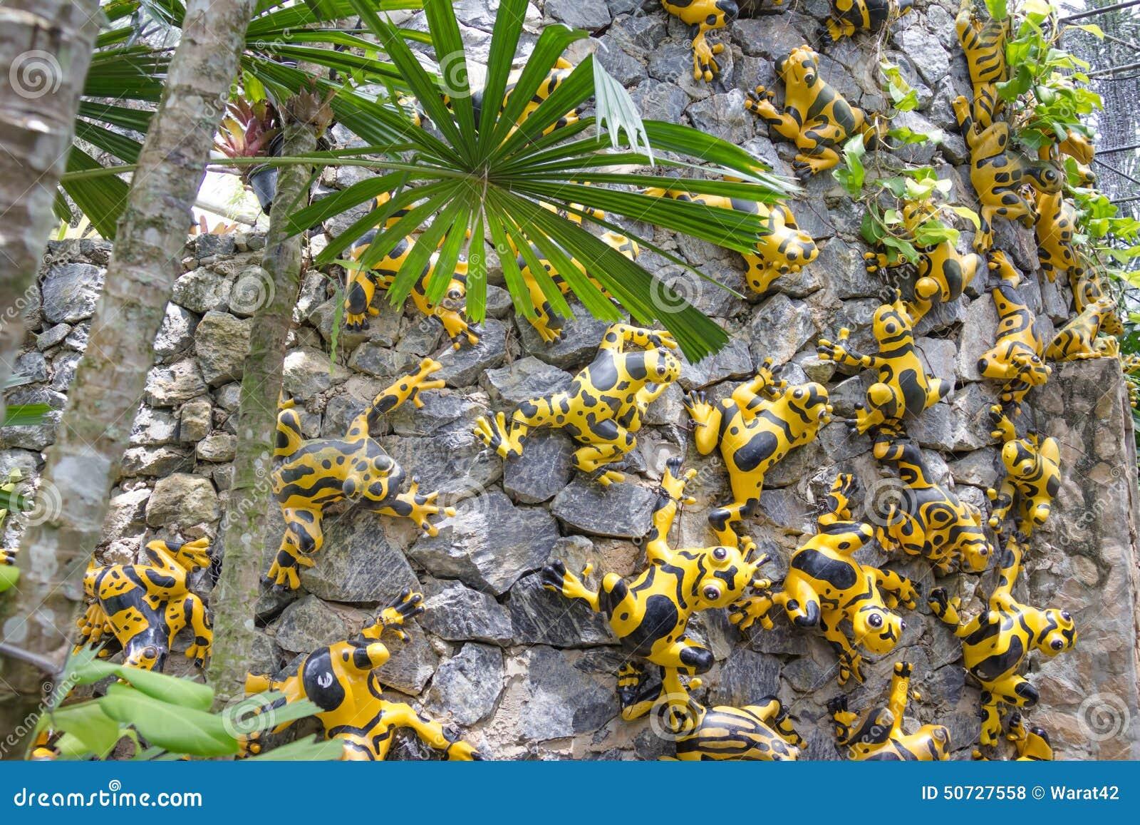 La grenouille synth tique comme d coration de jardin dans for Decoration jardin grenouille