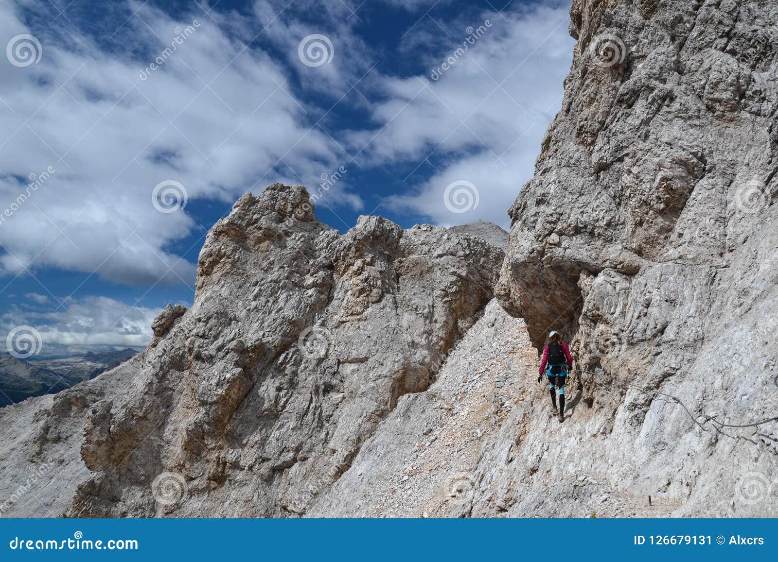 La grimpeuse de femme marche sur Ivano Dibona Path