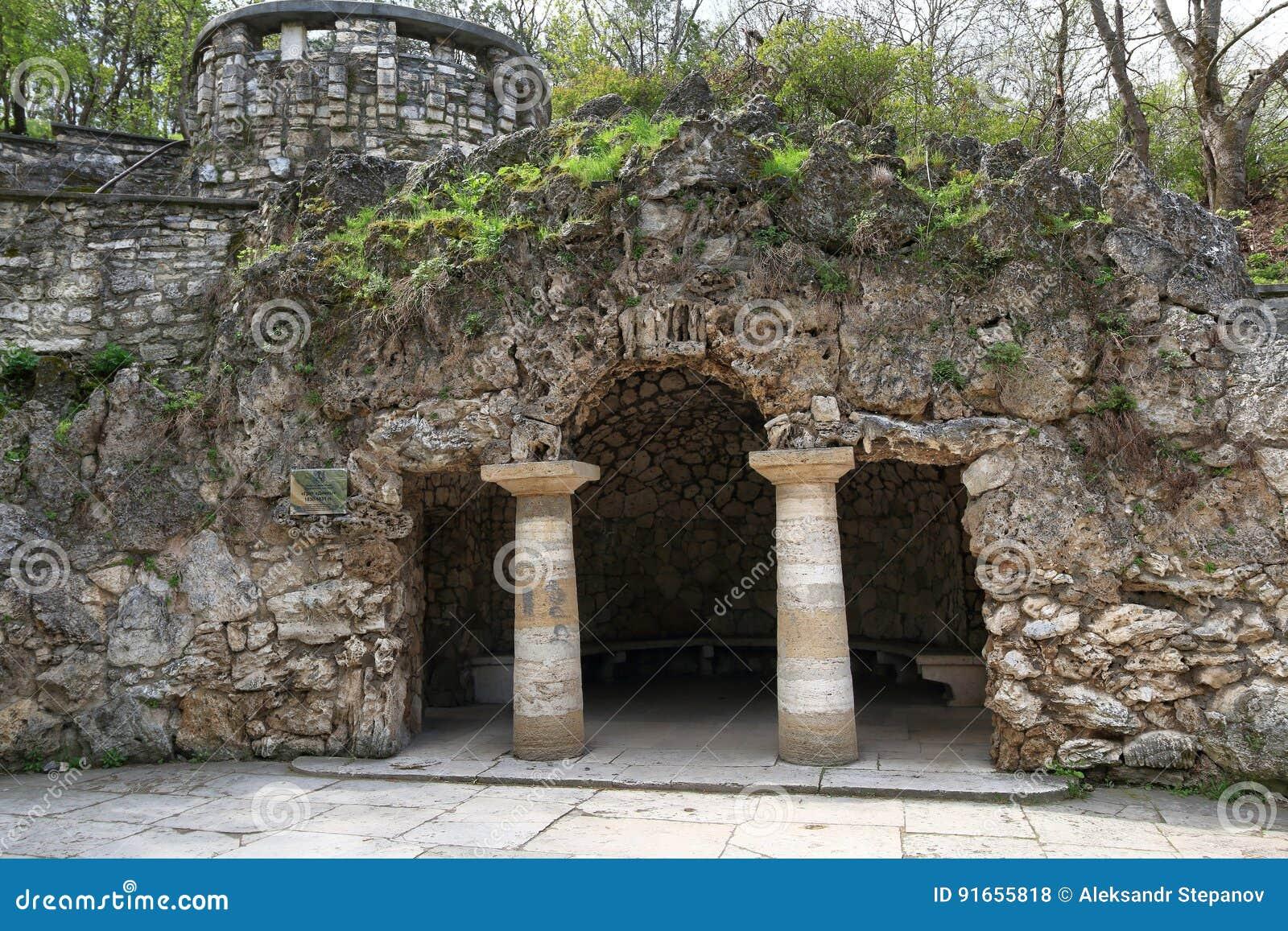 La grotta creata artificiale del ` s di Diana in Pjatigorsk