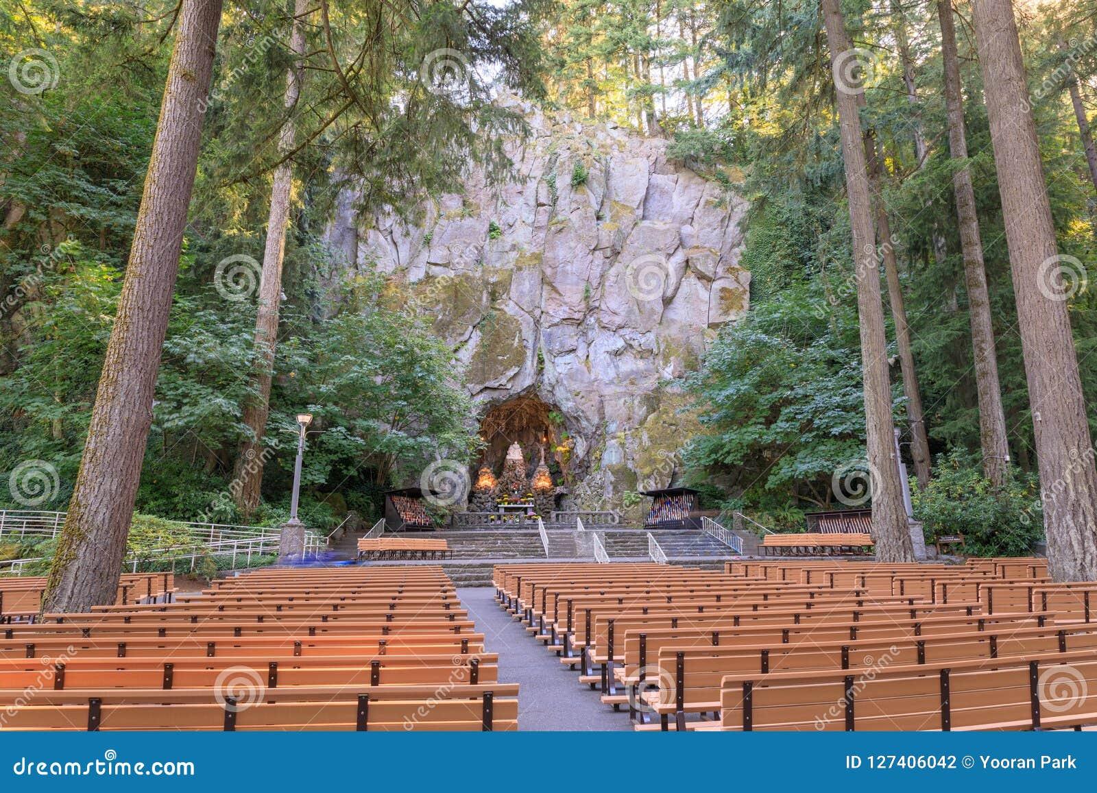 La gruta, es una capilla y un santuario al aire libre católicos situados en el distrito de Madison South de Portland, Oregon, Est