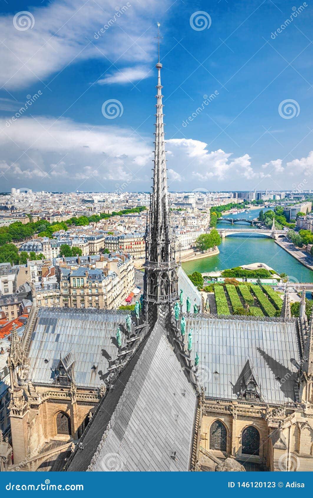 La guglia della cattedrale di Notre Dame