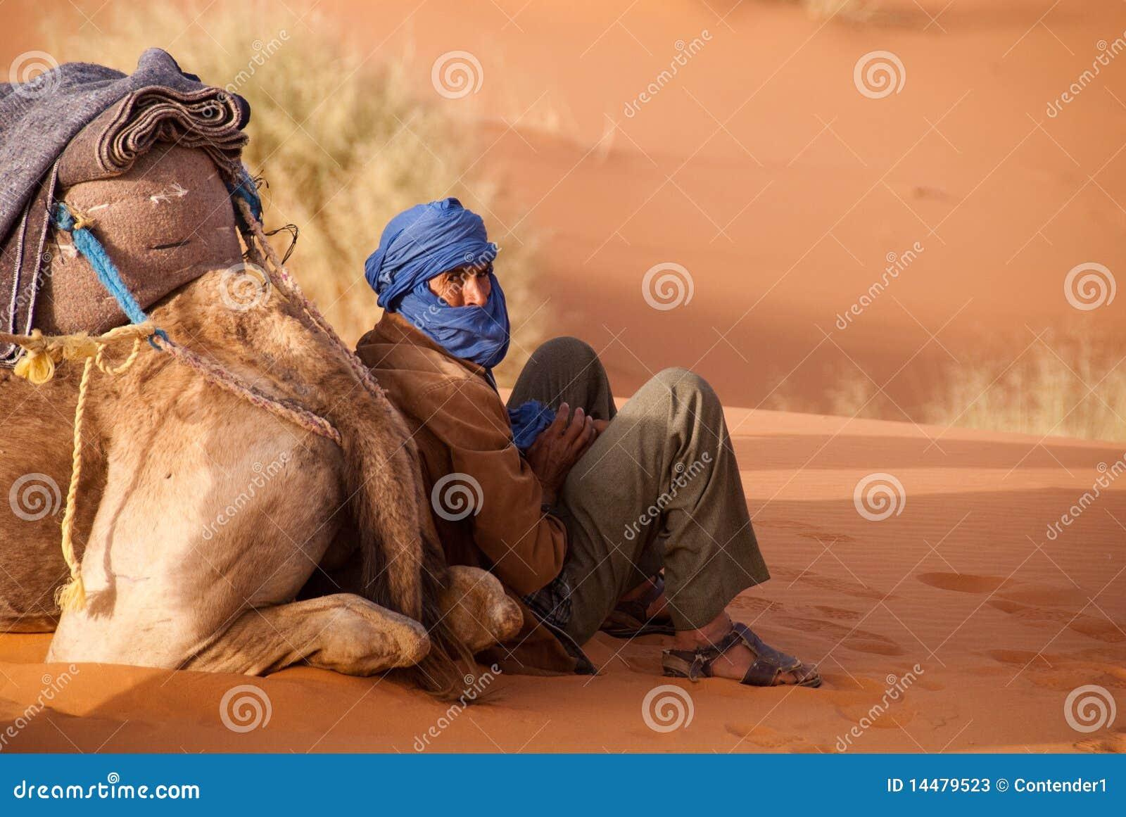 La guida del cammello di Berber cattura una rottura Marocco