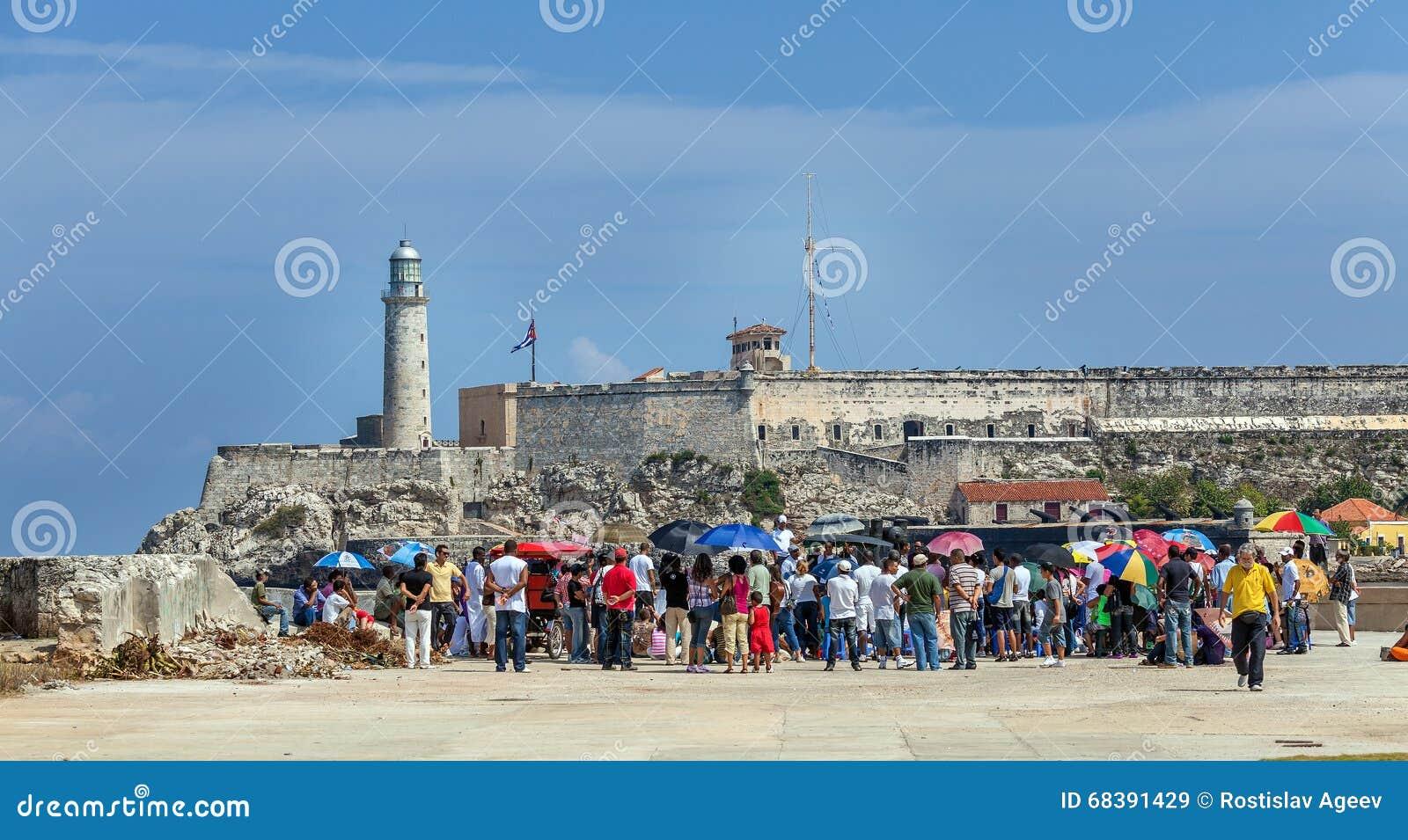 LA HABANA, CUBA - 1 DE ABRIL DE 2012: Turistas e indígenas