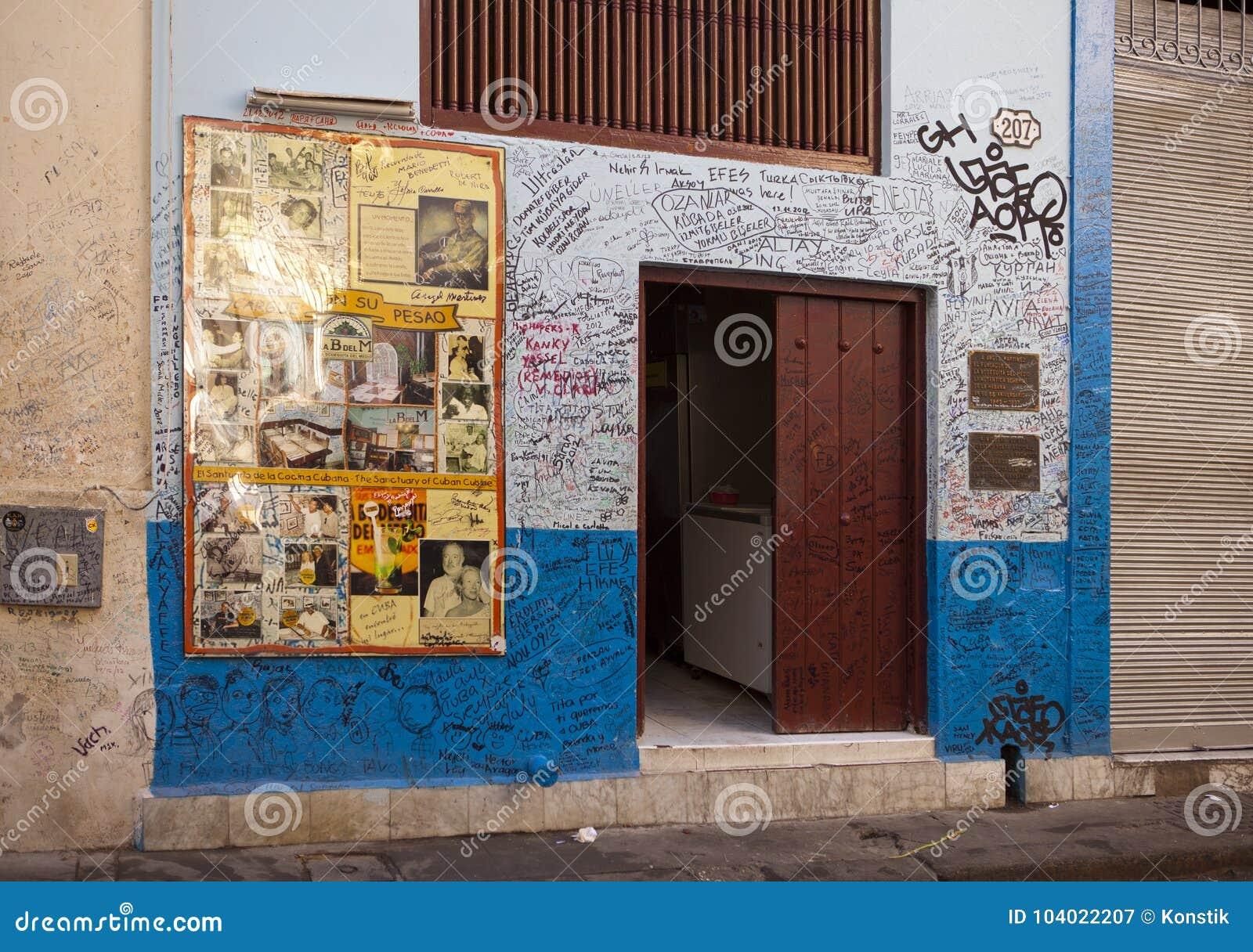 La Habana Cuba 27 De Enero De 2013 Restaurant Bodeguita Del Medio Cartel Con Los Autógrafos Sobre Una Entrada Este Restaurant Fotografía Editorial Imagen De Ciudad Hemingway 104022207