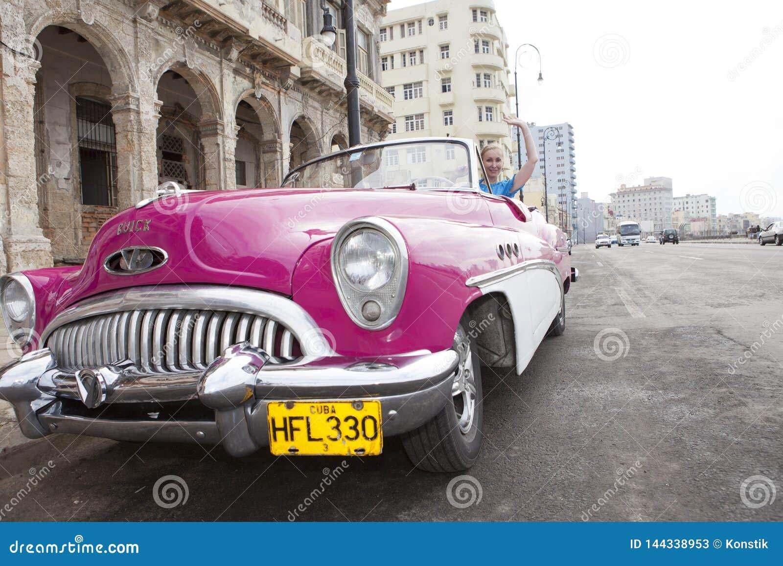 La Habana 27 De Enero De 2013 La Mujer Hermosa En Los 50 Os A Os De Un Coche Retro Americano Viejo De La Rueda Del Siglo Pasado Foto De Archivo Editorial Imagen