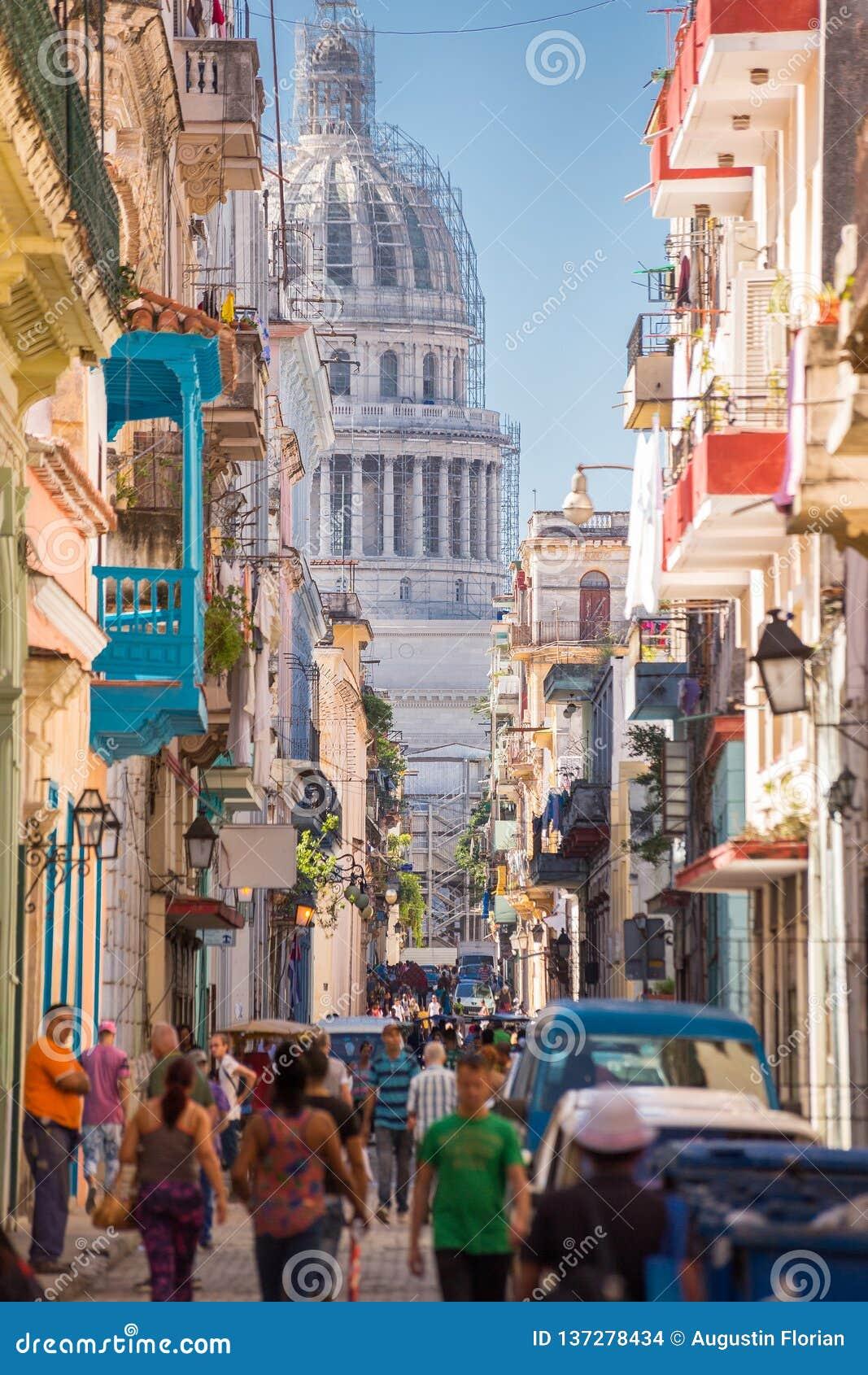 La Havane, Cuba - 29 novembre 2017 : EL Capitolio vu d une rue étroite