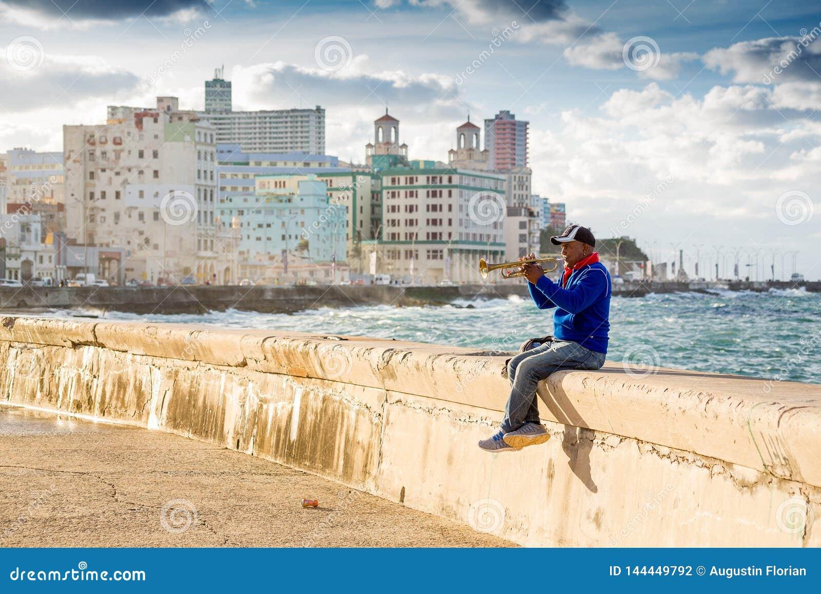 La Havane, Cuba - 29 novembre 2017 : Homme jouant la trompette sur Malecon