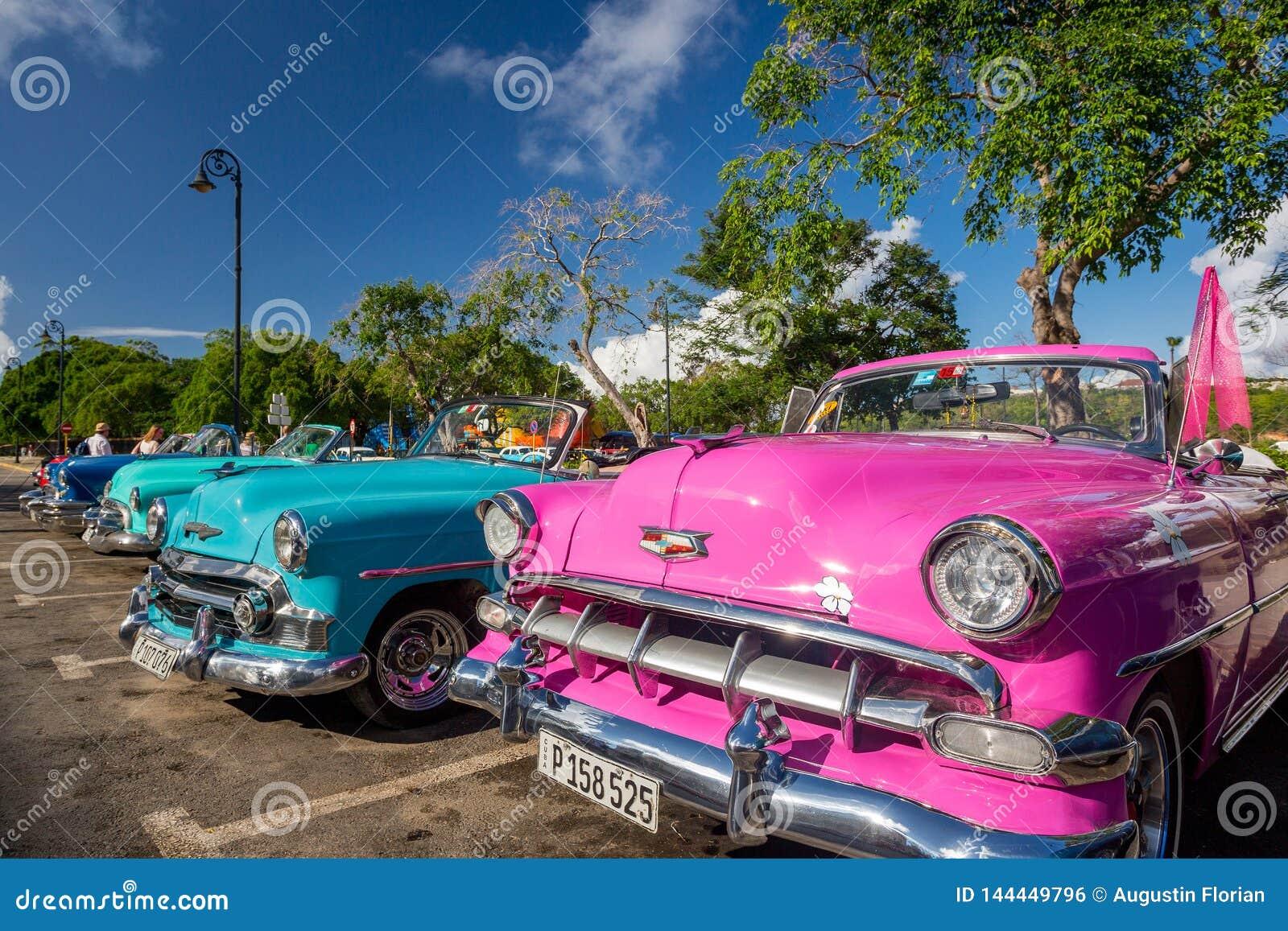 La Havane, Cuba - 29 novembre 2017 : Voitures classiques dans un parking