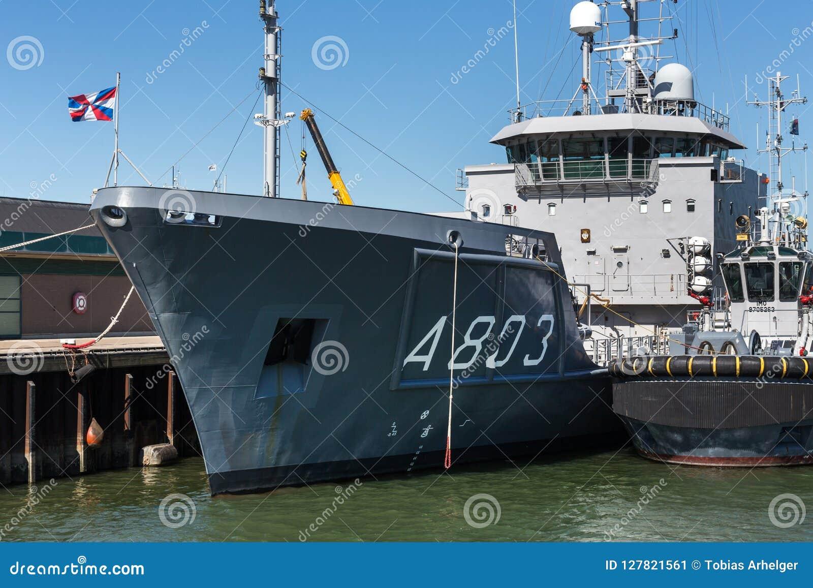 La Haya, La Haya/Países Bajos - 01 07 18: luymes del ms de la hora de la nave que examina en el puerto de La Haya Países Bajos