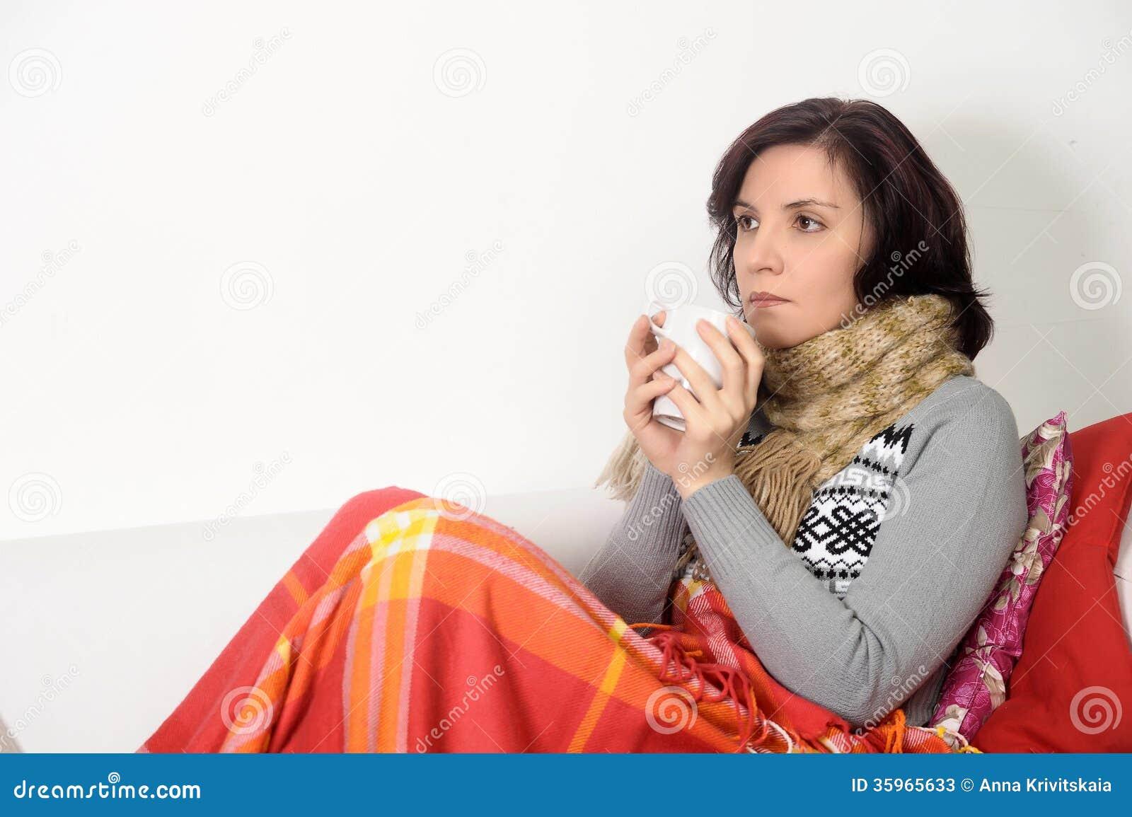 La hembra joven cogió el té de consumición frío que se sentía mal