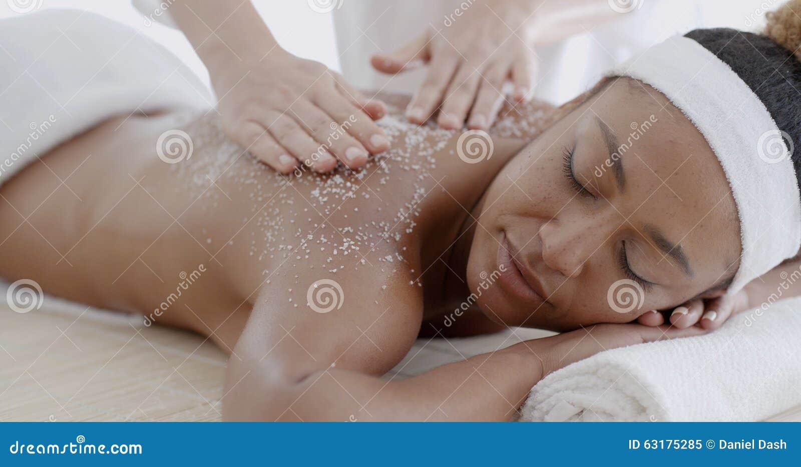 La hembra que consigue una sal friega el tratamiento