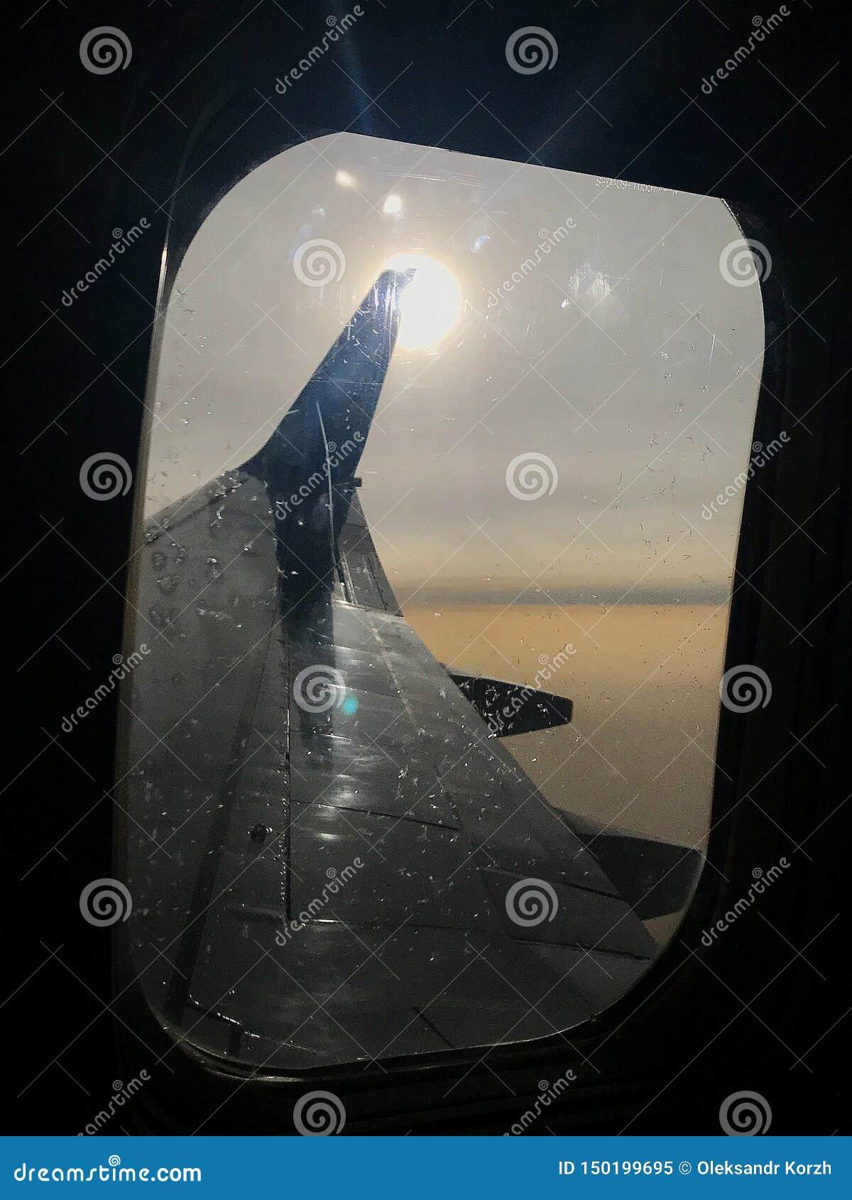 La hermosa vista de la ventana del aeroplano, ala grande de aviones muestra el marco