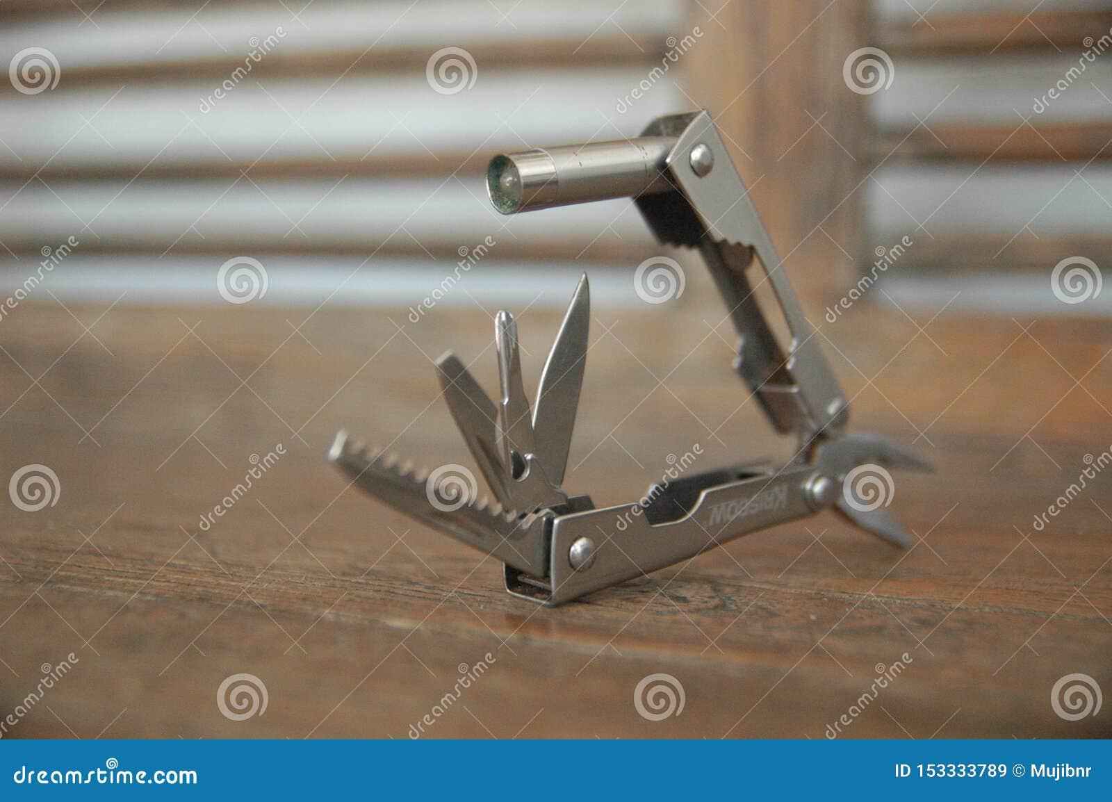 La herramienta amplió el fondo azul de las herramientas y de los alicates - práctico - cierre compacto para arriba