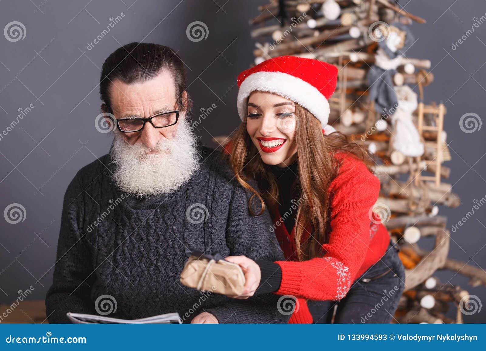 La hija da un regalo a su papá