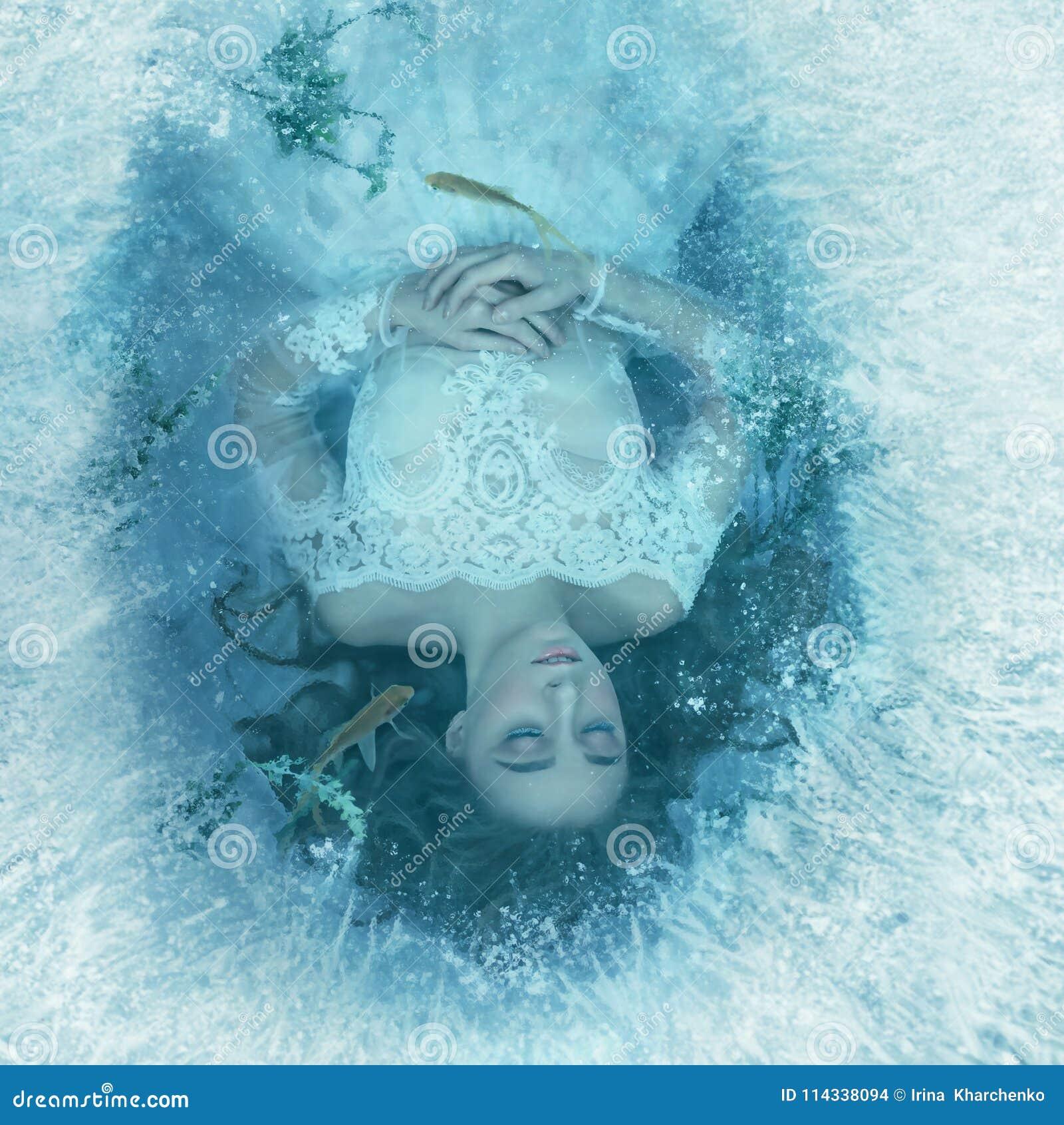 La historia de una bella durmiente La muchacha está durmiendo en la parte inferior de un lago congelado, pescado y la alga marina