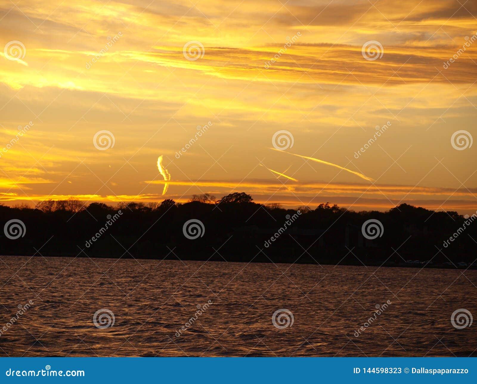 La humedad pacífica llega para crear puesta del sol colorida