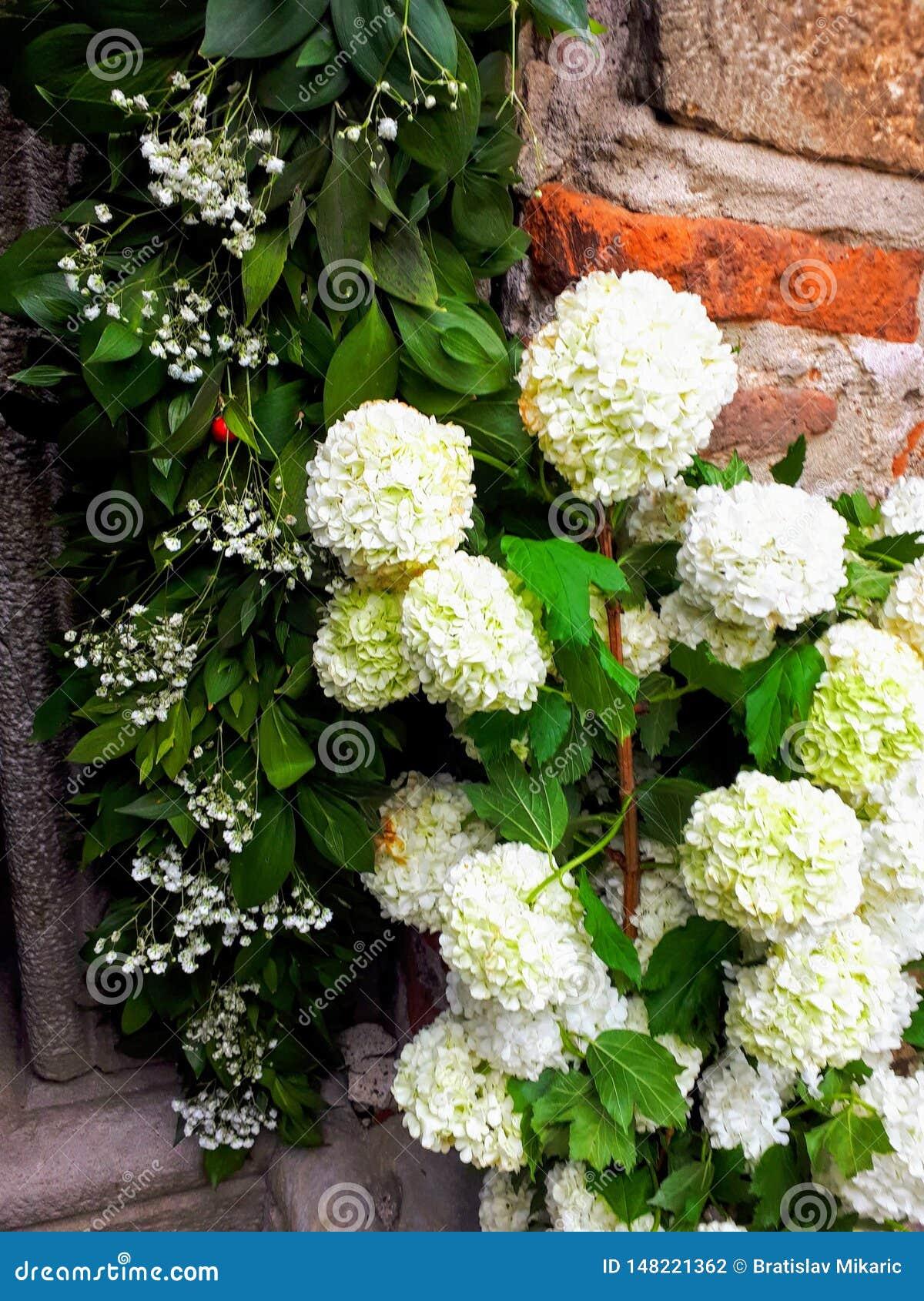 La iglesia de Lazarica para Pascua adornó con las flores