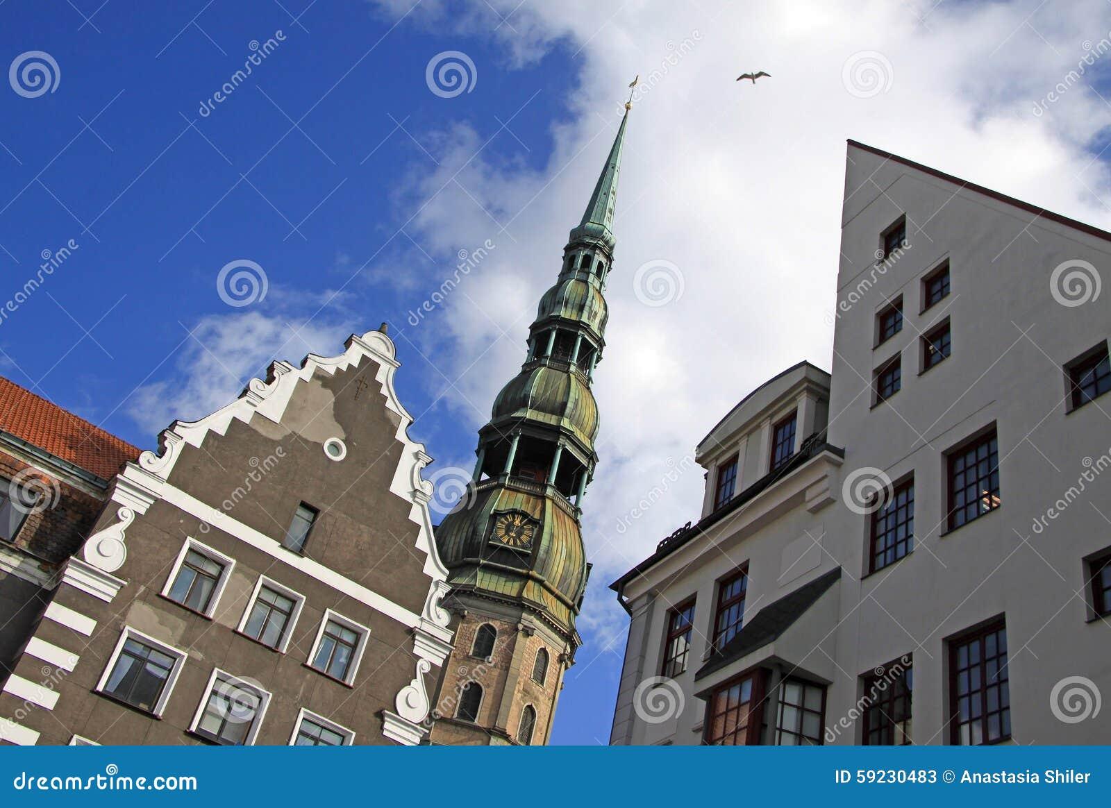 La iglesia de San Pedro en Riga con las casas vecinas
