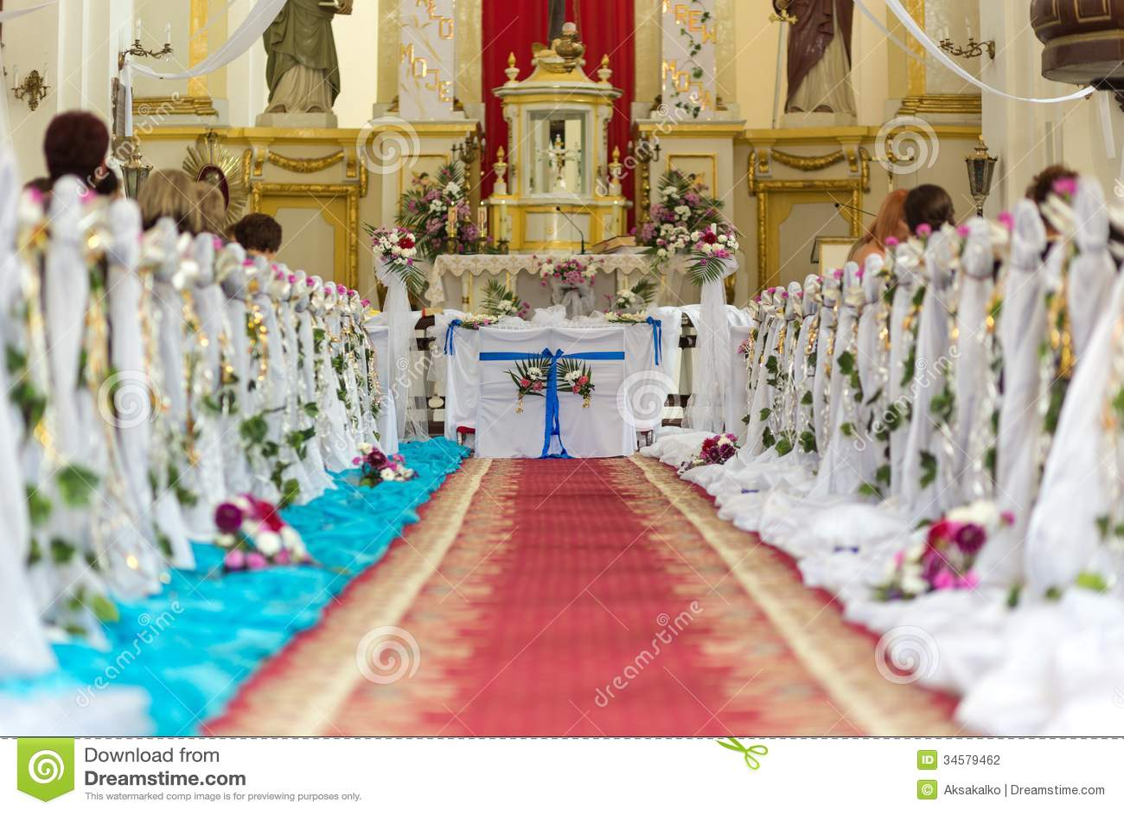 La iglesia está lista para la ceremonia de boda