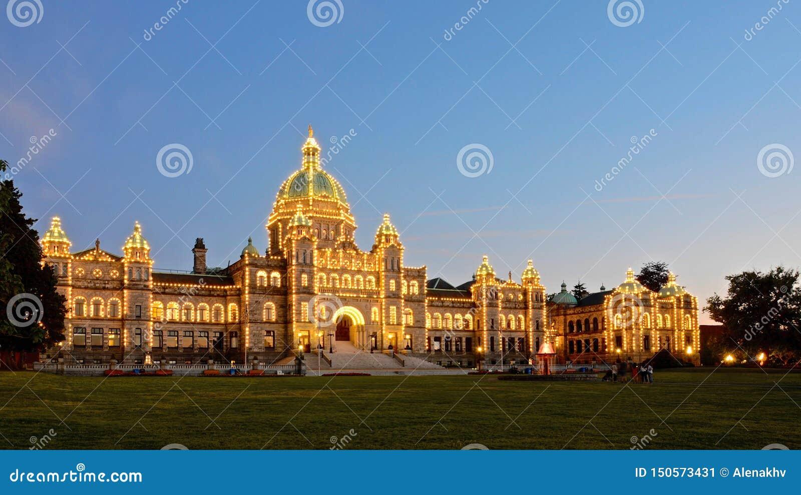 La iluminación de la noche del edificio del parlamento de la Columbia Británica subraya su arquitectura histórica asombrosa