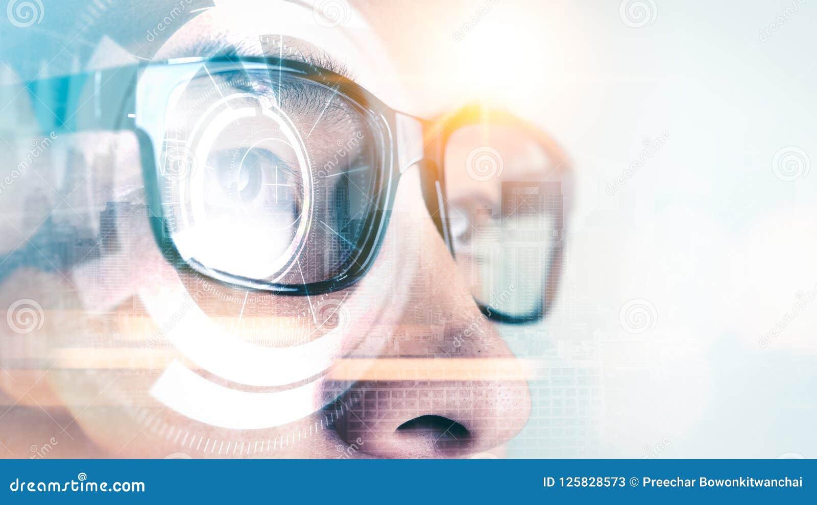La imagen abstracta del desgaste del hombre de negocios que los vidrios elegantes cubrieron con el holograma futurista