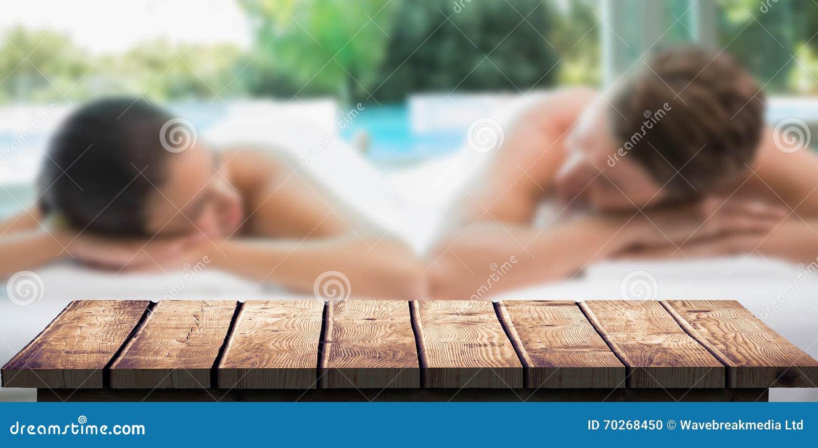 La imagen compuesta de los pares que mienten en la tabla del masaje en el balneario se centra
