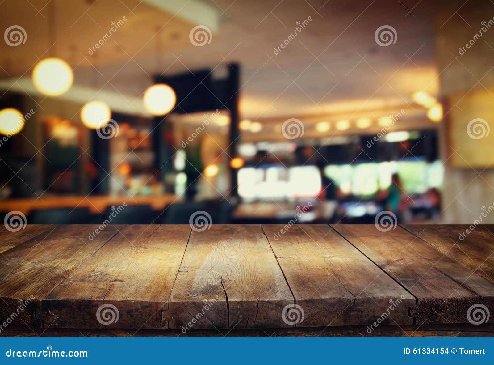 La imagen de la tabla de madera delante del extracto empañó el fondo de las luces del restaurante