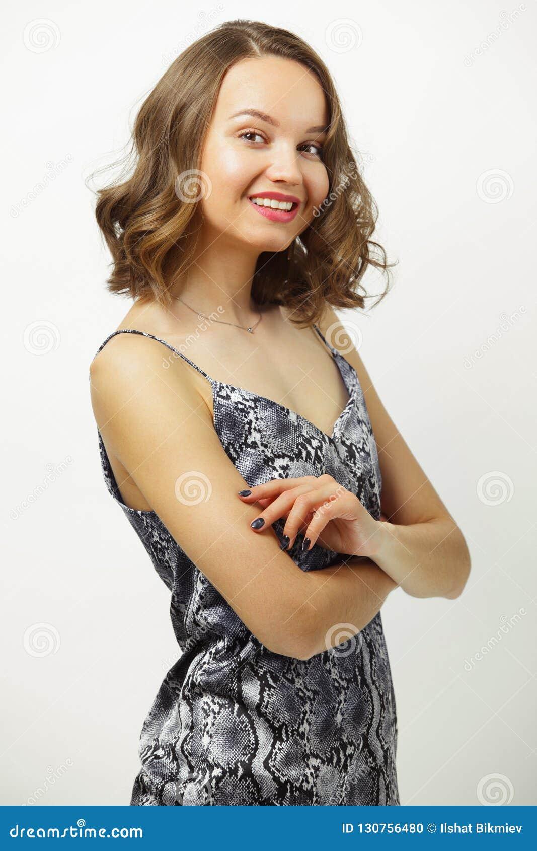 La imagen de la mujer hermosa en camiseta abierta del verano, sonriendo sinceramente, con el pelo corto cortado a los hombros, ti