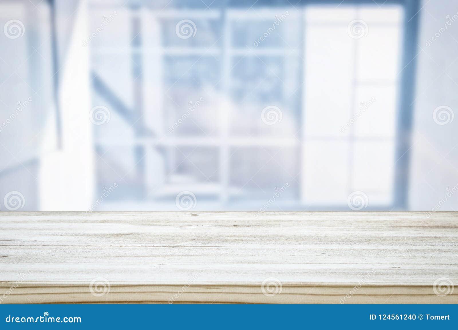 La imagen de la tabla de madera delante del extracto empañó el fondo ligero de la ventana