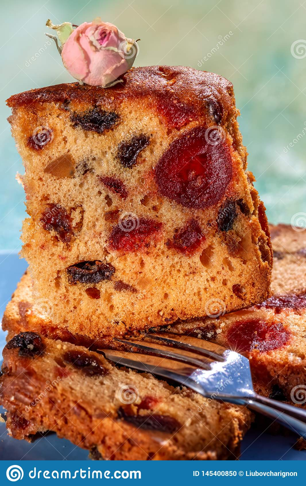 La imagen macra de una rebanada de la torta con frutas y una decoraci?n del t? subi? Torta de la fruta con la pasa