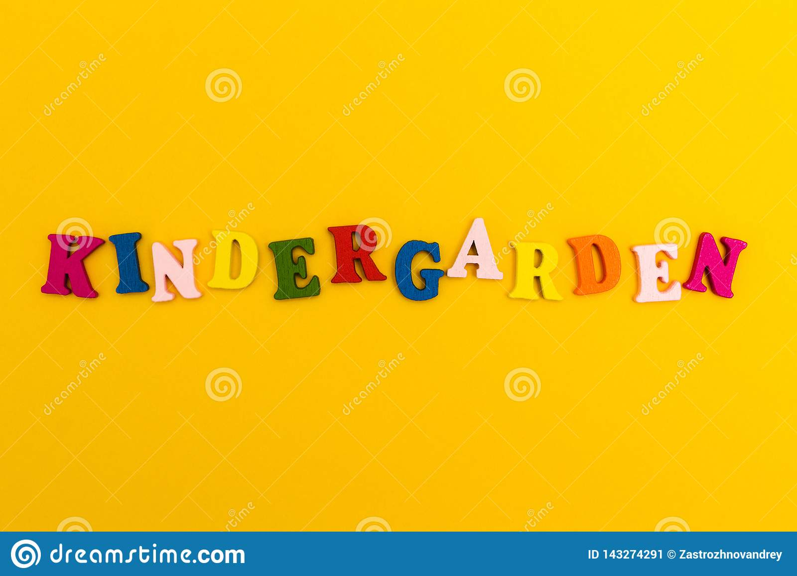 La inscripción 'guardería 'en letras coloridas en un fondo amarillo