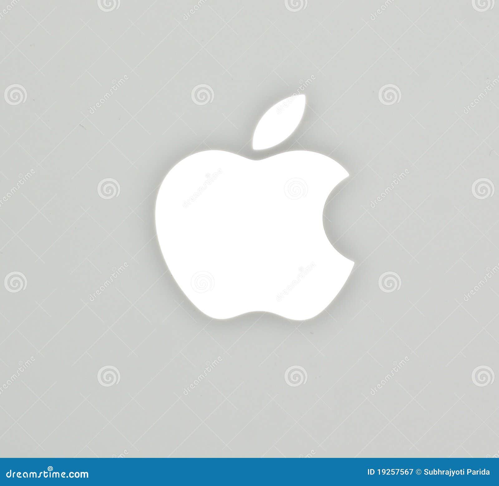 La insignia de Apple en el cuaderno del blanco del libro del mac