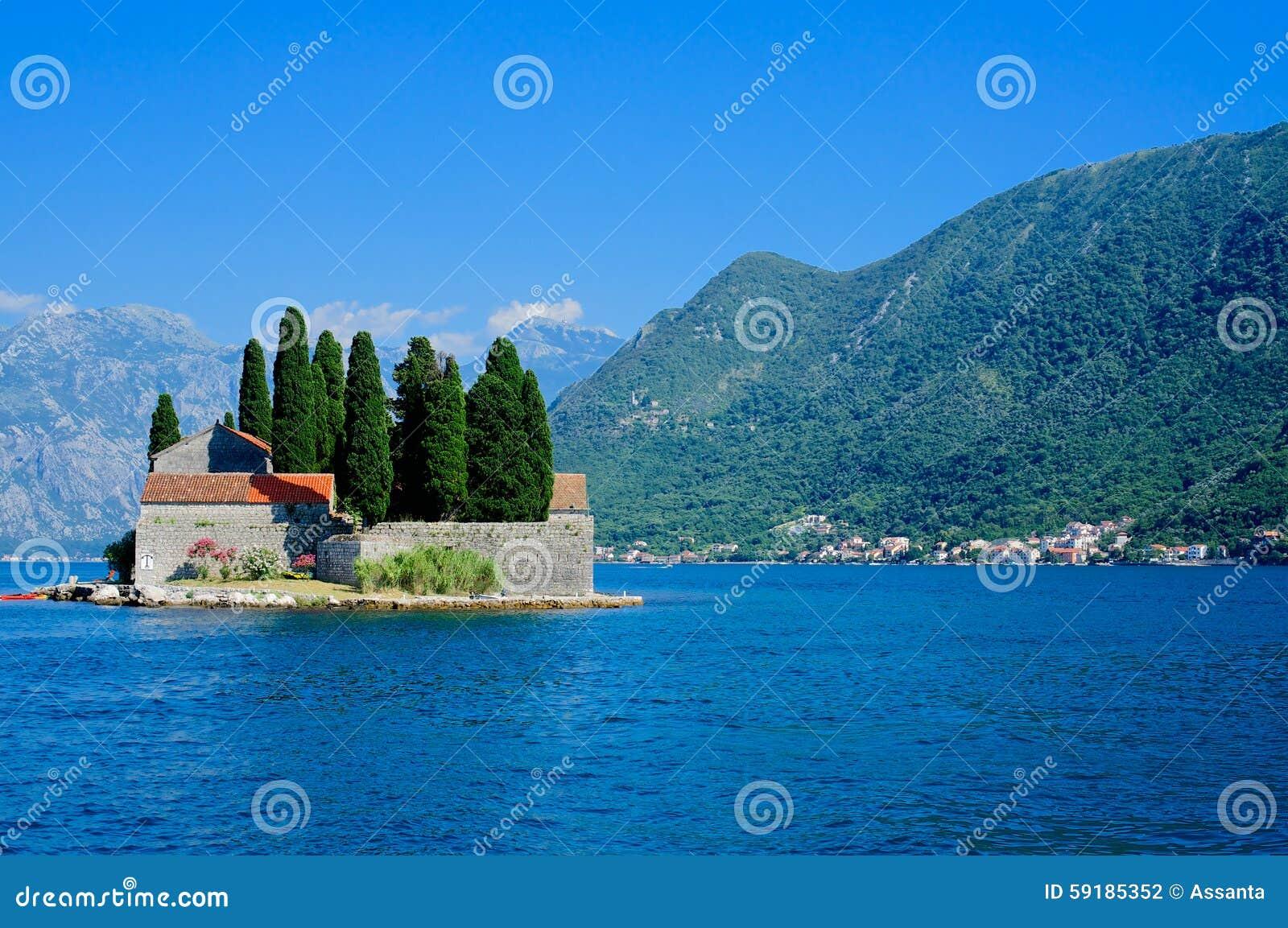 La isla de San Jorge, bahía de Kotor, sitio del patrimonio mundial de la UNESCO