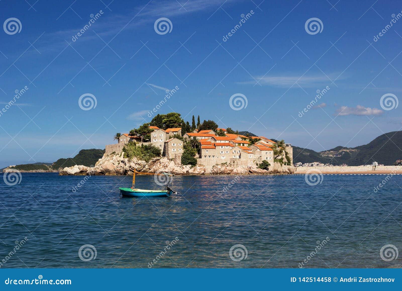 La isla de Sveti Stefan Barco en el primero plano