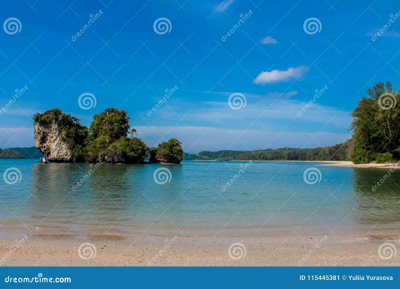 La isla del acantilado de la roca de la piedra caliza en la bahía de Krabi, la bahía del Ao Nang, Railei y Tonsai varan Tailandia